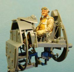 アメリカ海兵隊 グレゴリー'パピヨン'ボイントン 着座姿勢